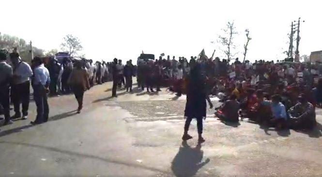 कोहलपुर चाैराहमा नगर बिकासकाे सरकारी जग्गा पाउन सडक चक्काजाम