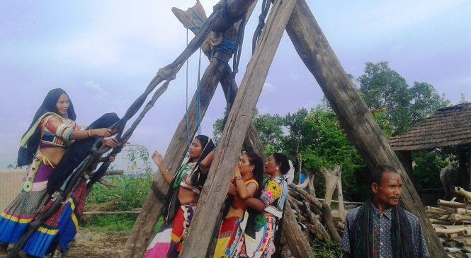 सावनको डोलामा पिङ खेल्दै राना थारु गाउँका दिदीबहिनी